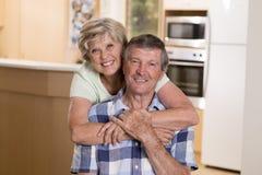 Pares hermosos mayores de la Edad Media alrededor 70 años junto en casa de la cocina feliz sonriente que parece dulce en el marid Fotos de archivo