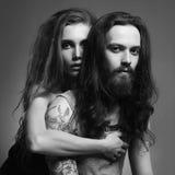 Pares hermosos mujer y hombre barbudo Fotos de archivo