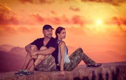 Pares hermosos que disfrutan de puesta del sol Fotografía de archivo