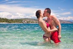 Pares hermosos que se besan en el mar Foto de archivo libre de regalías