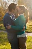 Pares hermosos que se besan en el parque Imagenes de archivo