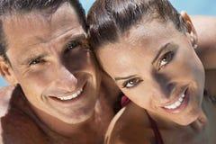 Pares hermosos que se relajan en piscina Fotos de archivo libres de regalías