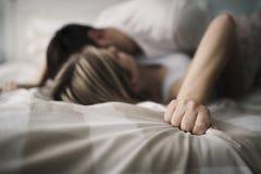 Pares hermosos que son románticos y apasionados en cama Fotos de archivo