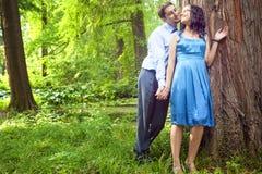 Pares hermosos que tienen momento romántico en bosque Imagen de archivo