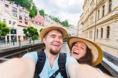 Pares hermosos que toman el selfie con la cámara elegante móvil del teléfono en ciudad europea Vacaciones, amor, viaje y día de f Fotos de archivo libres de regalías