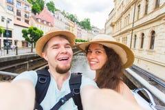 Pares hermosos que toman el selfie con la cámara elegante móvil del teléfono en ciudad europea Vacaciones, amor, viaje y día de f Fotos de archivo