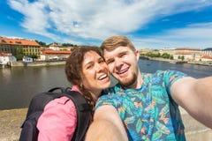 Pares hermosos que toman el selfie con la cámara elegante móvil del teléfono en ciudad europea Vacaciones, amor, viaje y día de f Imágenes de archivo libres de regalías