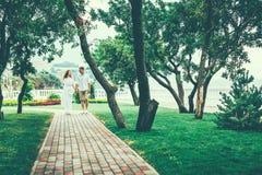 Pares hermosos que toman un paseo en parque de la ciudad El goce relaja concepto de la forma de vida junto Foto de archivo libre de regalías