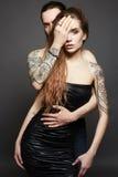 Pares hermosos tatuados Mujer y hombre Fotografía de archivo libre de regalías