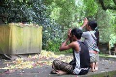Pares hindúes del Balinese que ruegan Fotos de archivo libres de regalías