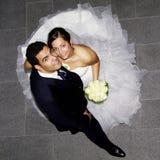 Pares hispánicos jovenes de la boda Foto de archivo libre de regalías