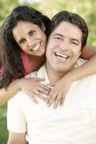 Pares hispánicos jovenes románticos que se relajan en parque Fotos de archivo