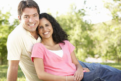 Pares hispánicos jovenes románticos que se relajan en parque Foto de archivo libre de regalías