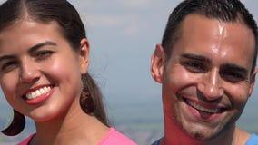 Pares hispánicos jovenes sonrientes almacen de metraje de vídeo