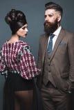 Pares, hombre y mujer en los vestidos de noche que presentan para la sesión fotográfica del estudio fotografía de archivo libre de regalías