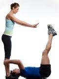Pares, hombre y mujer haciendo abdominals Foto de archivo