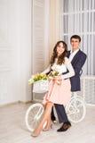 Pares, hombre y mujer románticos en una bicicleta Fotografía de archivo