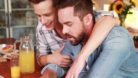 Pares homosexuales que hablan durante el desayuno almacen de metraje de vídeo