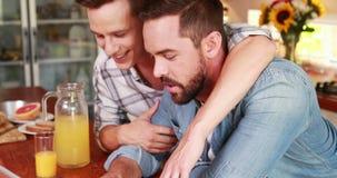 Pares homosexuales que hablan durante el desayuno metrajes