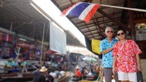 Pares idosos asiáticos que têm a viagem do retirment à flutuação de Tailândia Imagens de Stock