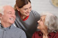 Pares idosos com cuidador fêmea imagens de stock