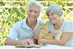 Pares idosos com gato Foto de Stock Royalty Free