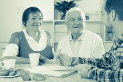 Pares idosos e empregado social Foto de Stock