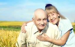 Pares idosos felizes exteriores Fotografia de Stock Royalty Free