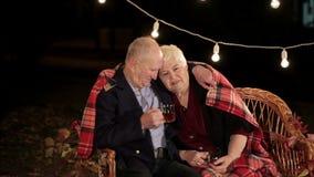 Pares idosos no amor que fala entre si filme