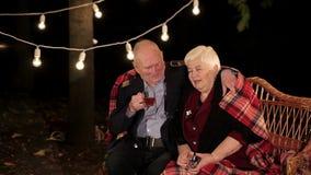 Pares idosos no amor que falam entre si e no chá bebendo video estoque