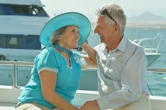 Pares idosos no barco no mar Imagens de Stock Royalty Free