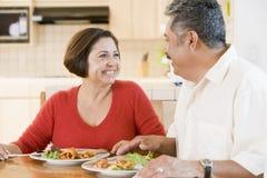 Pares idosos que apreciam a refeição, mealtime junto Fotos de Stock