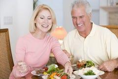 Pares idosos que apreciam a refeição saudável Fotografia de Stock