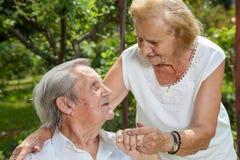 Pares idosos que apreciam a vida junto Foto de Stock