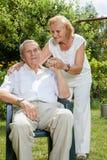 Pares idosos que apreciam a vida junto Imagens de Stock Royalty Free