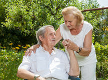 Pares idosos que apreciam a vida junto Fotografia de Stock