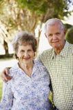 Pares idosos que estão na jarda Fotografia de Stock Royalty Free