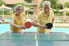 Pares idosos que jogam o pong do sibilo Fotografia de Stock Royalty Free