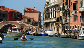 Pares idosos que kayaking em Veneza imagem de stock