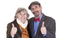Pares idosos que mostram o sinal da aprovaçã0 fotografia de stock royalty free