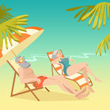 Pares idosos que relaxam na praia Fotos de Stock