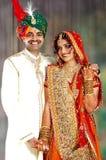 Pares indianos felizes em seu vestido de casamento Foto de Stock Royalty Free