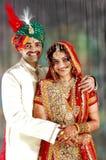 Pares indianos muito felizes em seu dia do casamento Foto de Stock
