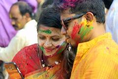 Pares indianos que comemoram Holi Retrato de pássaros do amor na celebração de Holi Fotografia de Stock Royalty Free