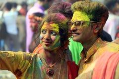 Pares indianos que comemoram Holi Retrato de pássaros do amor na celebração de Holi Fotos de Stock