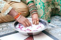 Pares indianos que jogam o jogo de Ring Fishing Imagens de Stock Royalty Free