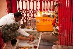 Pares indianos que praying o templo interno Fotografia de Stock