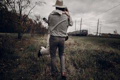 Pares indie românticos do moderno que rodam ao redor no campo do outono, h Fotografia de Stock Royalty Free