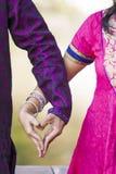 Pares indios con el corazón de manos Foto de archivo
