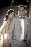 Pares indios hermosos jovenes que se unen al aire libre Foto de archivo libre de regalías